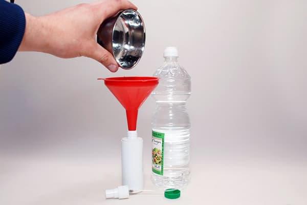 Переливание уксуса в пластиковый флакон