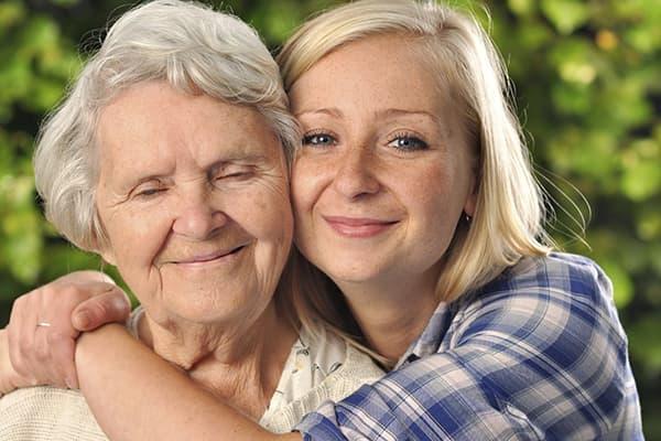 Женщина обнимает маму