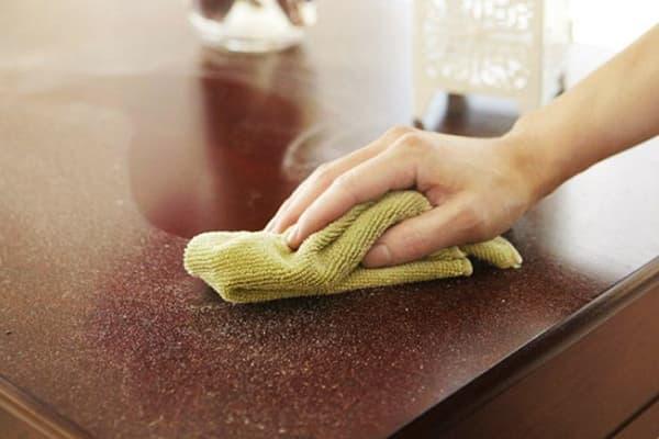 Вытирание пыли тряпкой из микрофибры