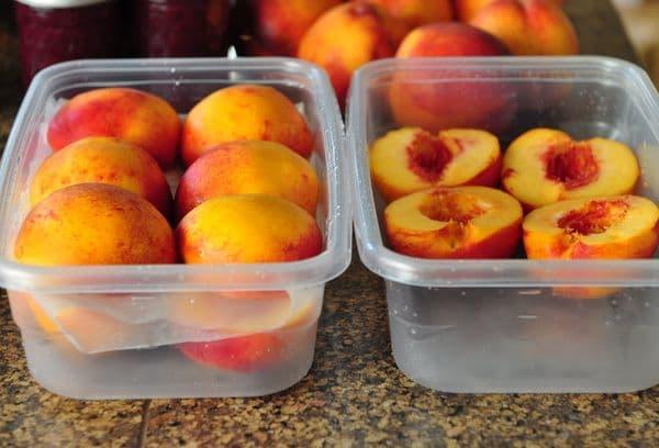 Персики в контейнерах