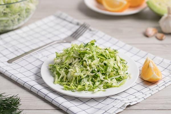 Легкий салат и кухонные принадлежности