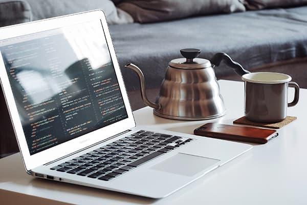 Нетбук и кофе на журнальном столе