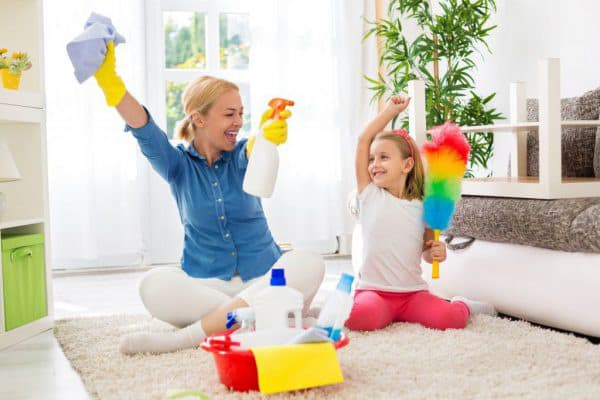 Мама с дочкой занимаются уборкой