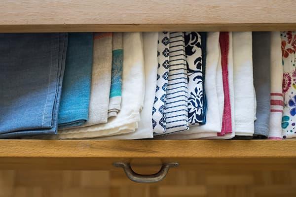 Кухонные полотенца в ящике