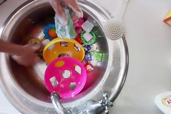 Мытье детских игрушек из пластика