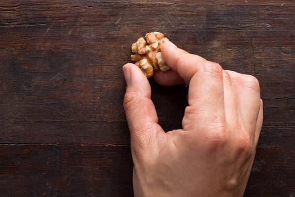 Грецкий орех от царапин на деревянной мебели