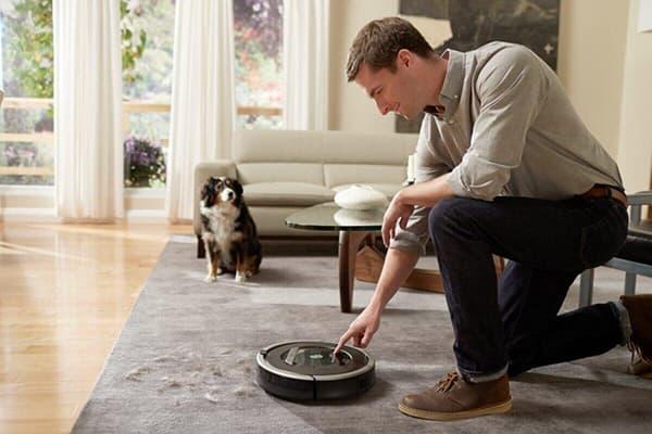 Робот-пылесос в квартире, где есть собака