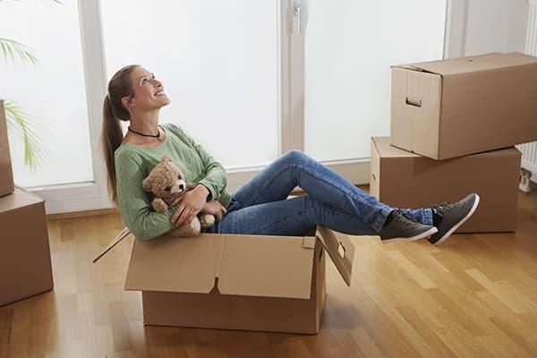 Девушка и вещи в коробках