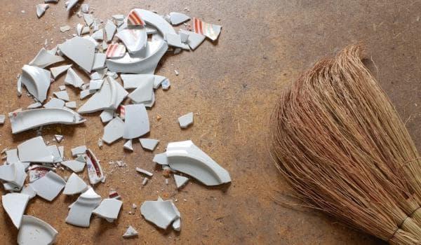 Уборка осколков от разбитой тарелки