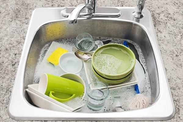 Посуда замочена в кухонной мойке