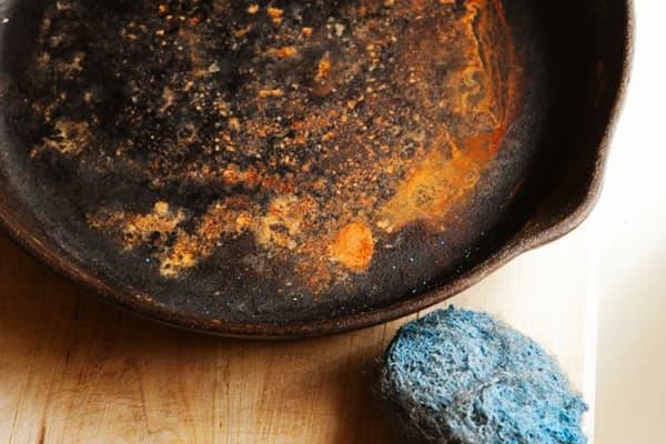 Чугунная сковорода заржавела