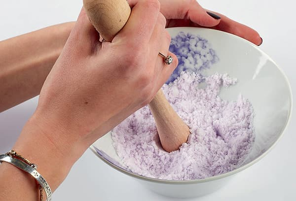 Приготовление смеси для бомбочек для ванны