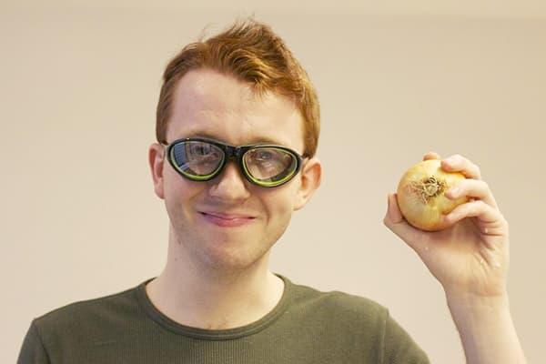 Молодой человек с луковицей и в очках для плавания