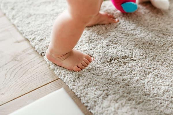 Ребенок ходит по ковру