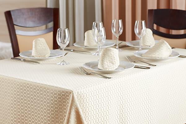 Сервированный стол с выглаженной скатертью