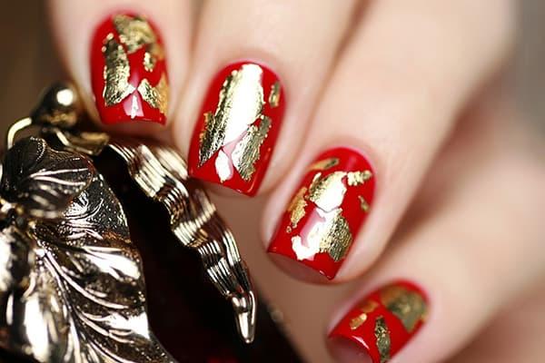 Яркий дизайн ногтей с золотистой фольгой