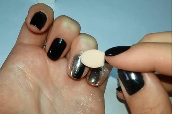 Использование зеркальной втирки для ногтей