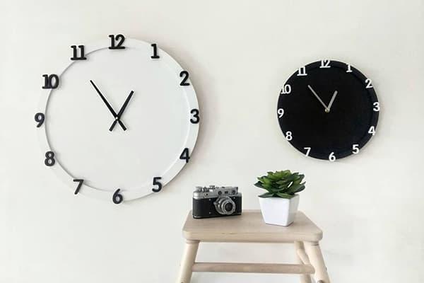 Черные и белые настенные часы