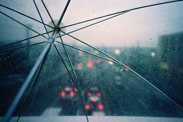 Прозрачный зонт с каплями воды