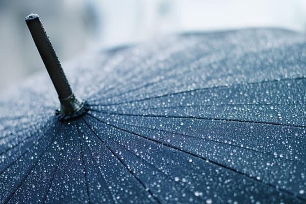 Капли воды на куполе зонта