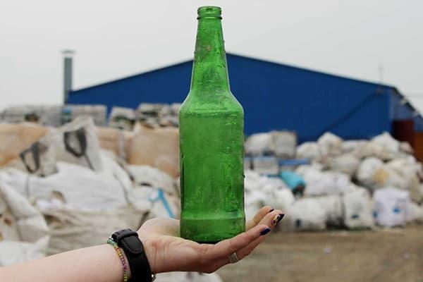 Стеклянная бутылка на свалке
