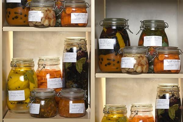 Ферментированные и маринованные овощи в банках