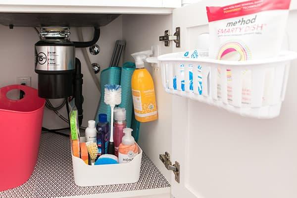 Органайзеры в шкафчике под раковиной на кухне