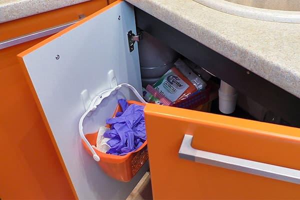 Крючки на дверце шкафчика под раковиной