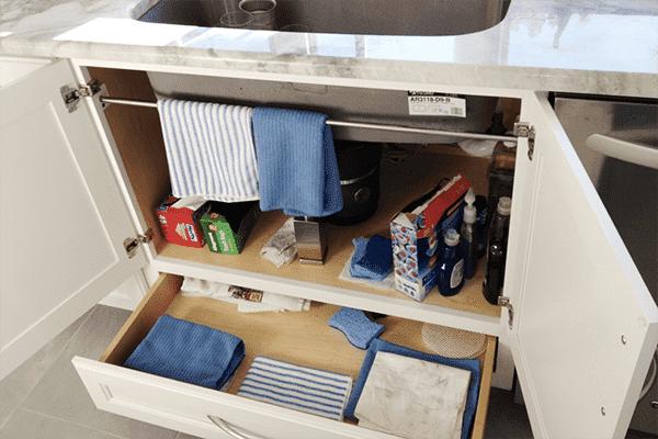 Рейлинг под раковиной на кухне