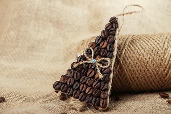 Декоративная елочка из кофейных зерен