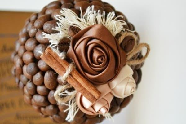 Декор топиария из кофейных зерен