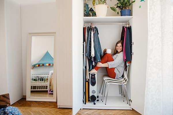 Девушка в шкафу после расхламления
