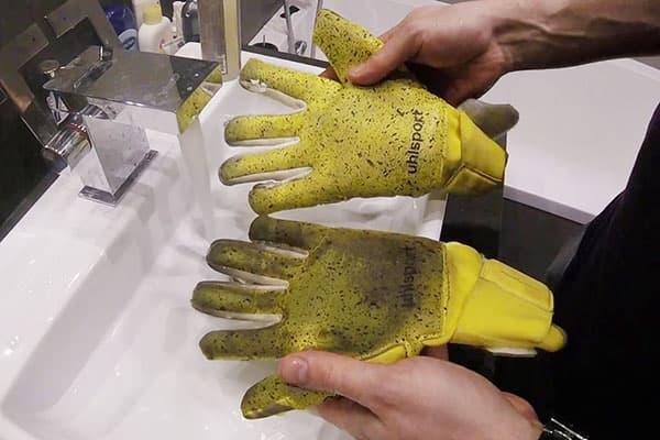 Грязные вратарские перчатки