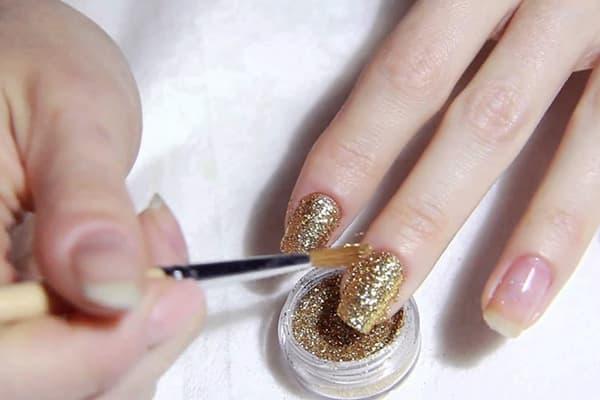 Нанесение глиттера на ногти