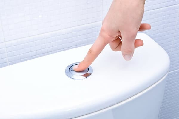 Нажатие кнопки на бачке унитаза
