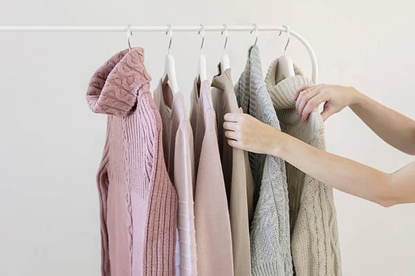 Девушка выбирает свитер