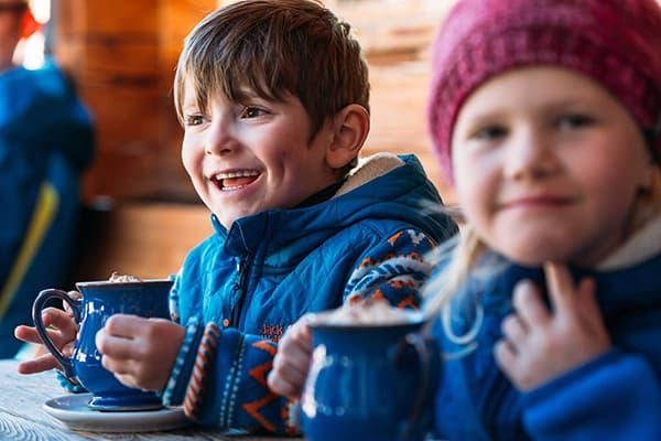 Дети в зимнем кафе