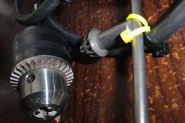 Крепление ключа от дрели к кабелю хомутом