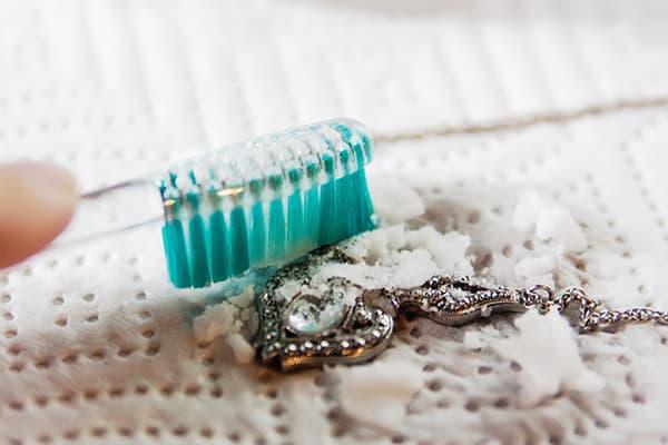 Чистка цепочки содой и зубной щеткой