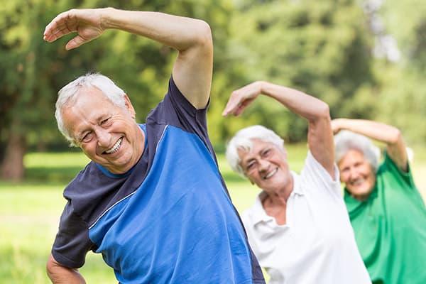 Пенсионеры делают зарядку
