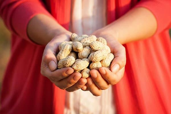 Женщина с горстью арахиса