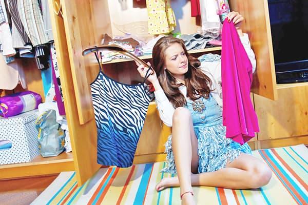 Девушка выбирает одежду для дома