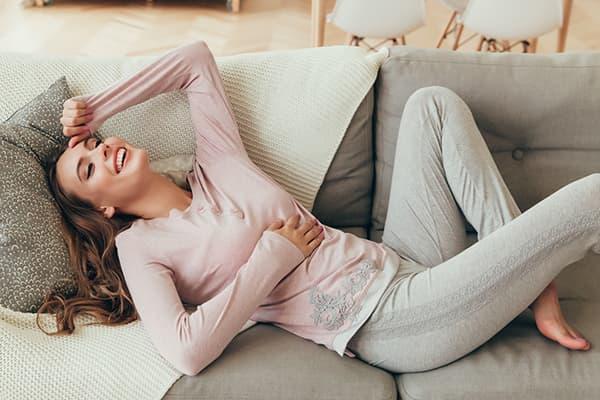 Девушка в удобной домашней одежде на диване