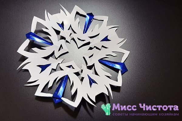 Снежинка из двухцветной бумаги