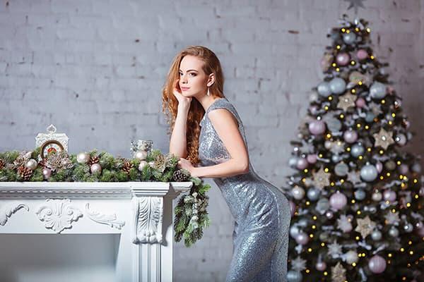 Девушка в серебристом платье на новогодней фотосессии