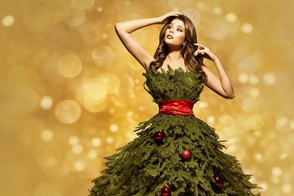 Девушка в платье из еловых веток