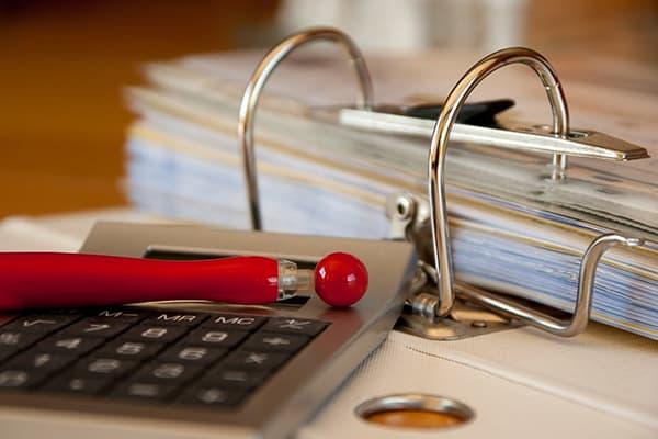 Папка с квитанциями, калькулятор и ручка