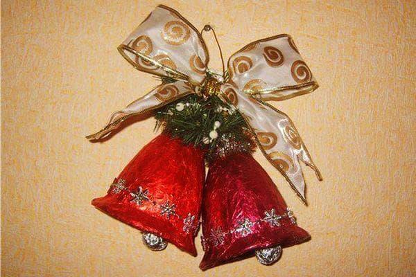 Колокольчики из пластиковых бутылок и фольги на новогоднюю елку