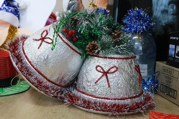 Новогодние колокольчики, обернутые фольгой