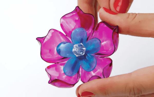 Цветок, сделанный из пластиковой бутылки